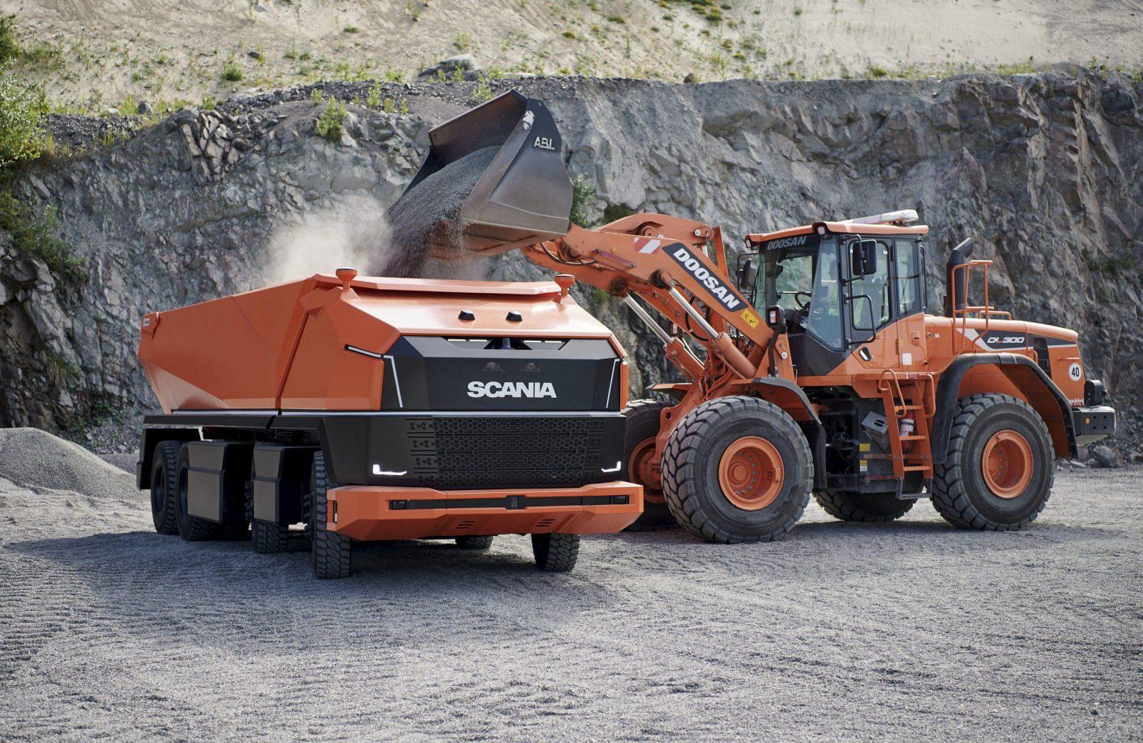 Беспилотный самосвал Scania AXL перевозит горную массу и щебень