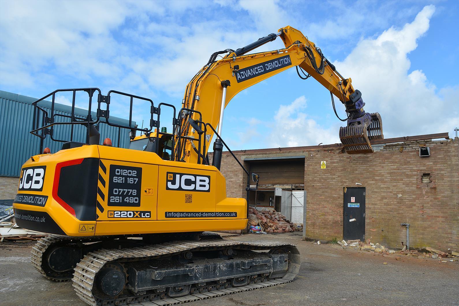 JCB 220X — устойчивый, компактный и надежный экскаватор для демонтажа