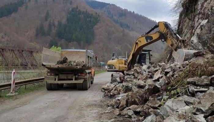 На Закарпатье для расширения трассы Н-09 дорожники разбирают скалу