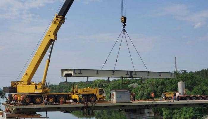 На новом мосту через Северо-Крымский канал смонтирована новое металлическое пролетное строение