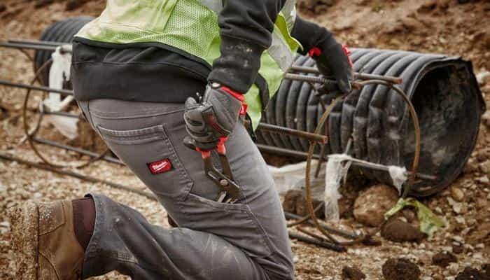 Надміцні робочі штани Milwaukee забезпечують комфорт робітників на будмайданчику.