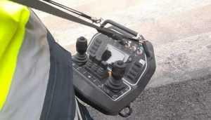 Ручний пульт управління системи дистанційного керування дозволяє операторам перебувати на безпечній відстані від машини.